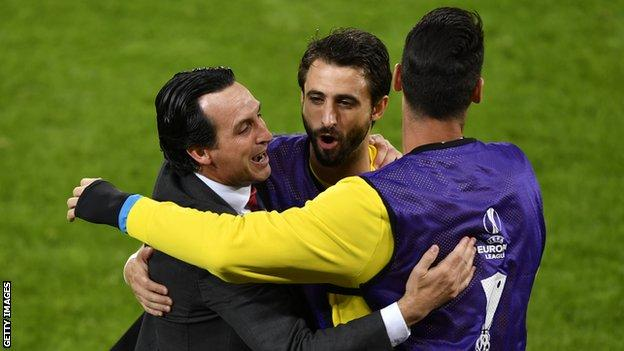 Unai Emery celebrates Sevilla's third goal in the 2016 Europa League final with his players