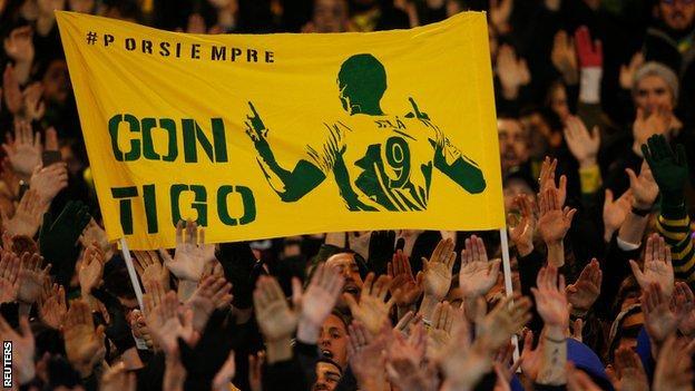 """A banner saying """"con tigo"""", which translates as """"with you"""""""