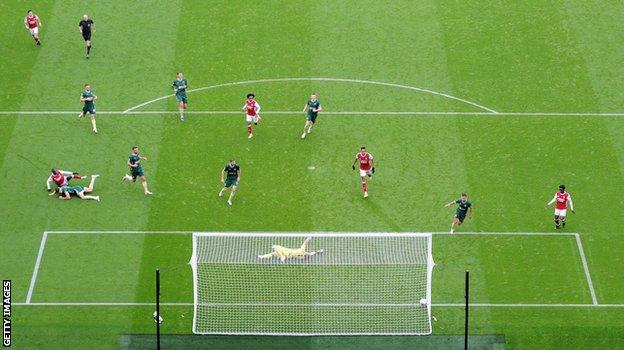 Nicholas Pepe scores against Sheffield United