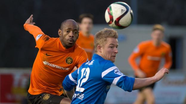 Miguel Chines attempts to get the better of John Currie as Carrick beat Ballinamallard 2-1