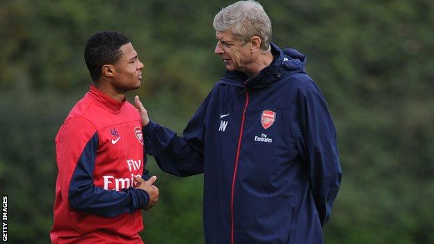 Gnabry and Arsene Wenger in conversation at Arsenal training