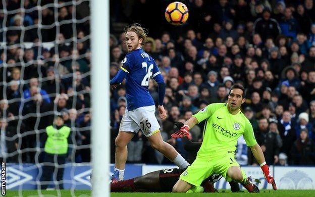Tom Davies puts Everton 3-0 up