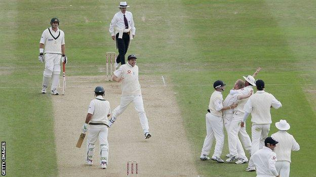 Flintoff celebrates wicket of Ponting