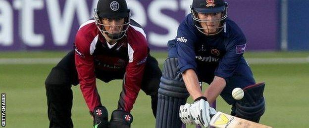 Marcus Trescothick keeps wicket for Somerset