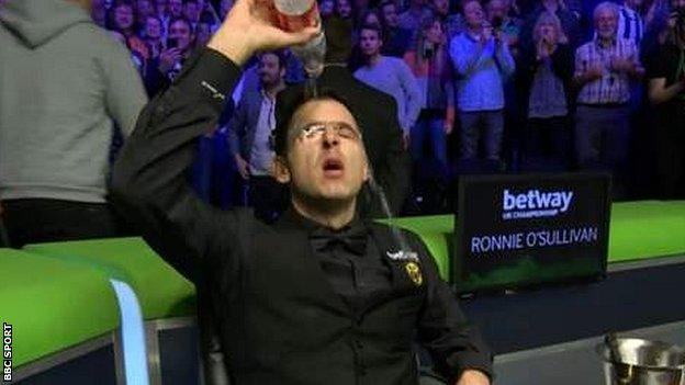 Ronnie O'Sullivan pours water over his head