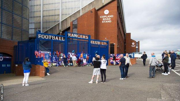 Fans came to Ibrox to pay tribute to Fernando Ricksen