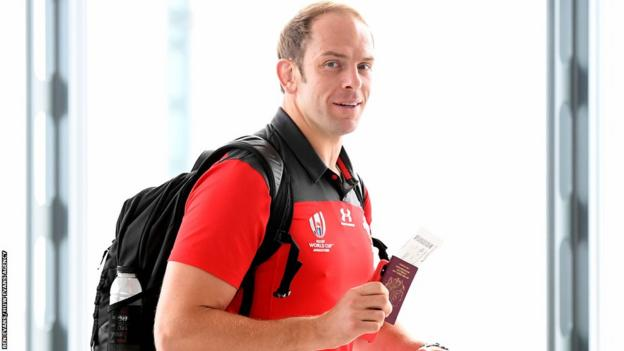 Alun Wyn Jones boards the Wales squad flight to Japan