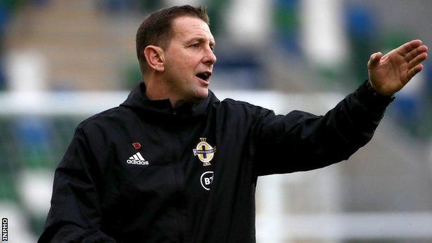 Ian Broclow inizia la sua prima campagna a tempo pieno come allenatore dell'Irlanda del Nord