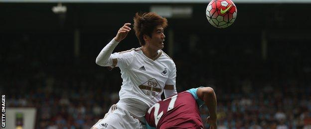 Ki Sung-yueng wins a header