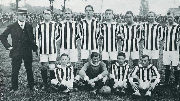 Fred Spiksley (left) with the FC Nurnberg team