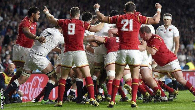 Wales kept their try line intact be repulsing England's drive from a lineout