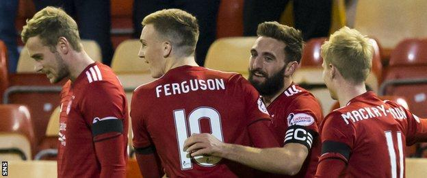 James Wilson (left) and Greame Shinnie (second right) celebrate