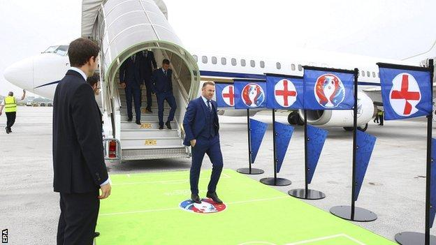 Wayne Rooney arrives in France