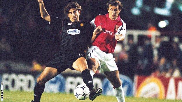 Veljko Paunovic in action for Real Mallorca against Arsenal in 2001