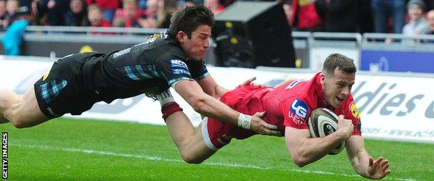 Gareth Davies playing for Scarlets against Glasgow