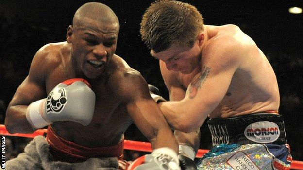 Floyd Mayweather fighting against Ricky Hatton