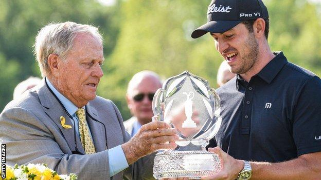 Jack Nicklaus presents the winning trophy to 2019 champion Patrick Cantlay