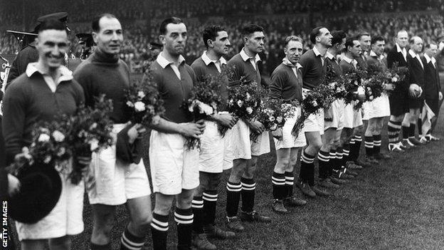 13th November 1945 Chelsea line up at Stamford Bridge with the bouquets of flowers presented to them by the Moscow Dynamo team before their match (Photo by Topical Press Agency_Getty Images)GettyImages-3309710