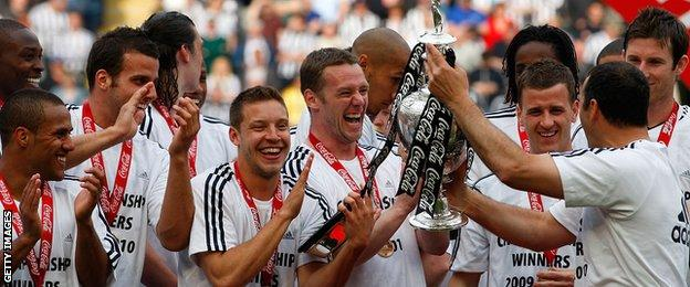 Kevin Nolan lifts the Championship title in 2010