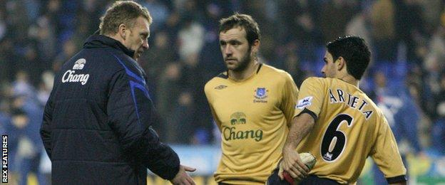 Davie Moyes passes instructions to James McFadden and Mikel Arteta at Everton
