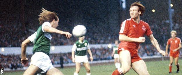 Hibs' Mark Fulton challenges with Alex McLeish