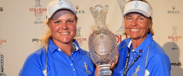 Caroline Hedwall and Europe captain Liselotte Neumann with the Solheim Cup