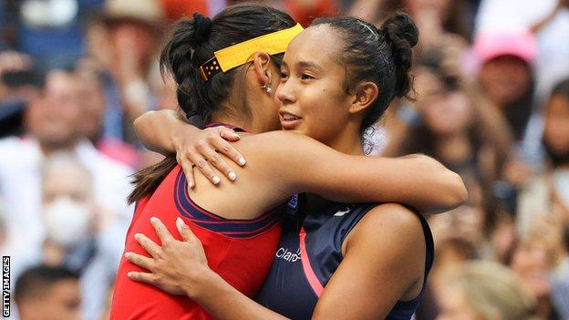 Leylah Fernandez hugs Emma Raducanu