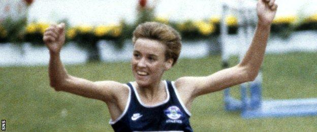 Liz McColgan celebrates winning 10,000m gold at the 1986 Commonwealth games in Edinburgh