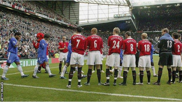 Manchester United give Chelsea guard of honour