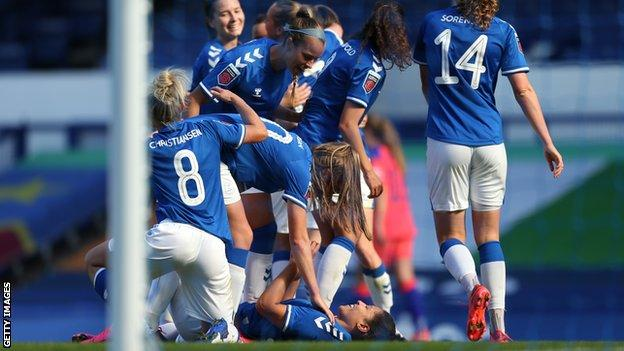 Everton celebrate Valerie Gauvin's winner