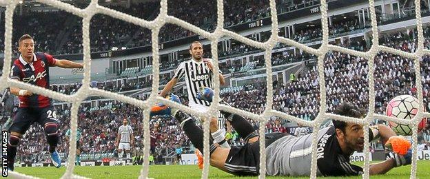 Anthony Mounier scores for Bologna