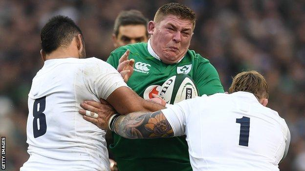 England's Nathan Hughes and Joe Marler tackle Ireland prop Tadhg Furlong un 2017 in Dublin