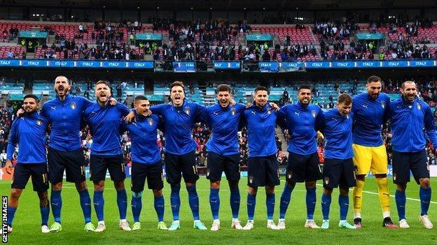 I giocatori italiani cantano l'inno nazionale