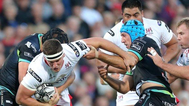 Ospreys pair James King and Justin Tipuric tackle Ulster's Robbie Diack