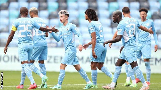Man City celebrando un gol contra Barnsley