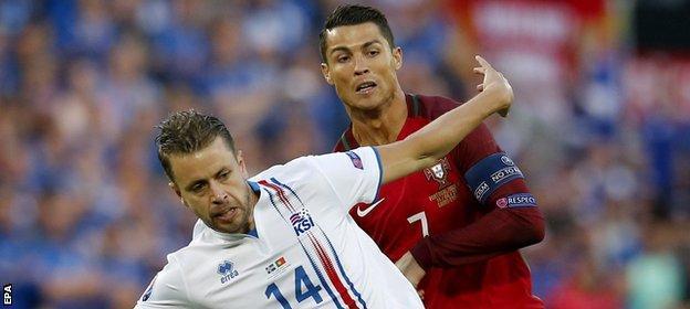 Arnason holds off Ronaldo
