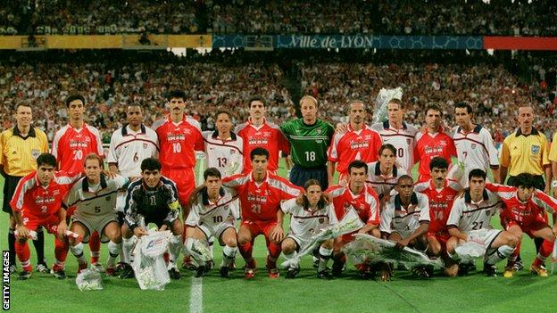 USA and Iran players pose for a joint team photo at France 98