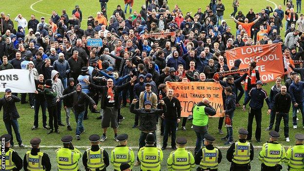 Blackpool Boycotting Supporters Set For Emotional Return After Oyston Exit Bbc Sport