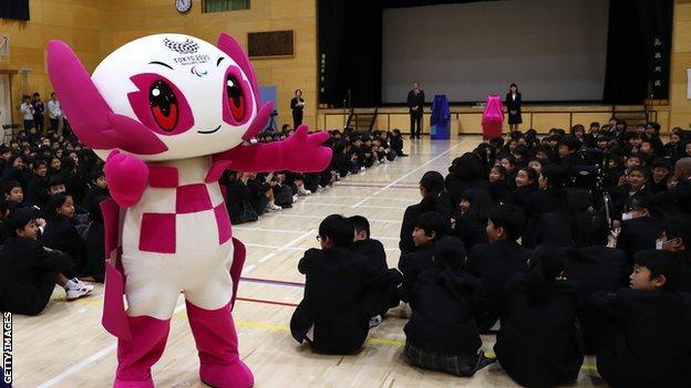 La mascota paralímpica Someity en una escuela en 2019