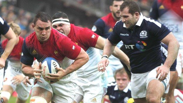 Louis Picamoles on the charge for France