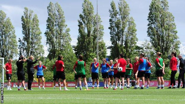 Jayne Ludlow and Wales players