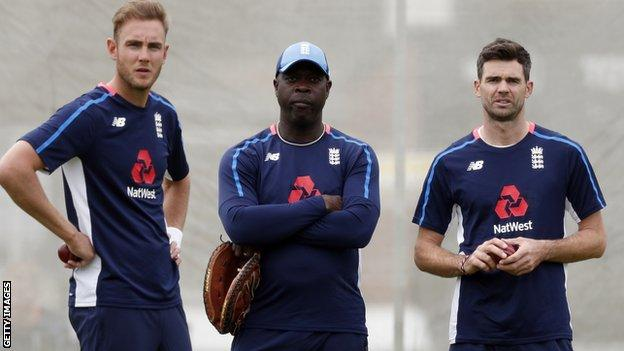 Ottis Gibson with James Anderson and Stuart Broad