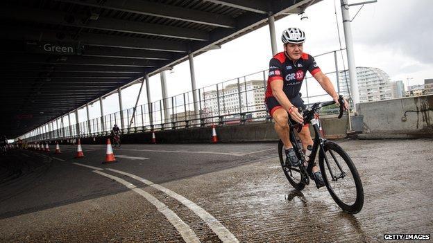 Gordon Ramsay en una bicicleta de carretera