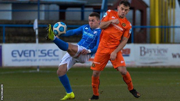 Ben Doherty and Reece Neale challenge for the ball
