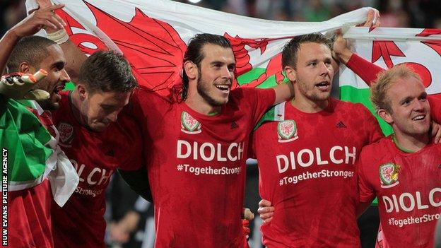 Wales players celebrate qualifying for Euro 2016