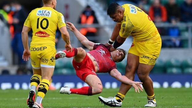 Will Skelton tackles Antoine Dupont