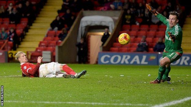Charlton's Simon Makienok shoots past goalkeeper Dorus de Vries to make it 1-1 against Nottingham Forest