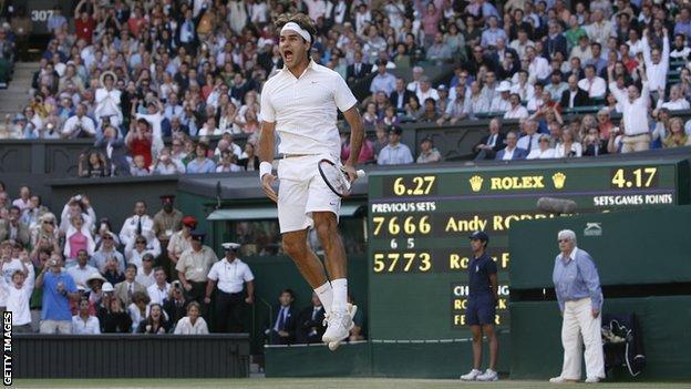Roger Federer celebrates beating Andy Roddick