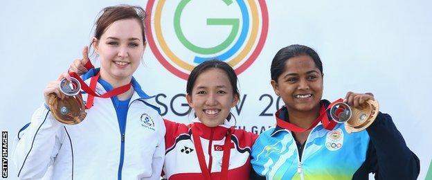 Jen McIntosh with gold medallist Jasmine Ser of Singapore and bronze medallist Lajja Gauswami of India in Glasgow