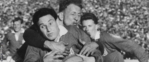 Cliff Morgan takes on South Africa for the 1955 Lions